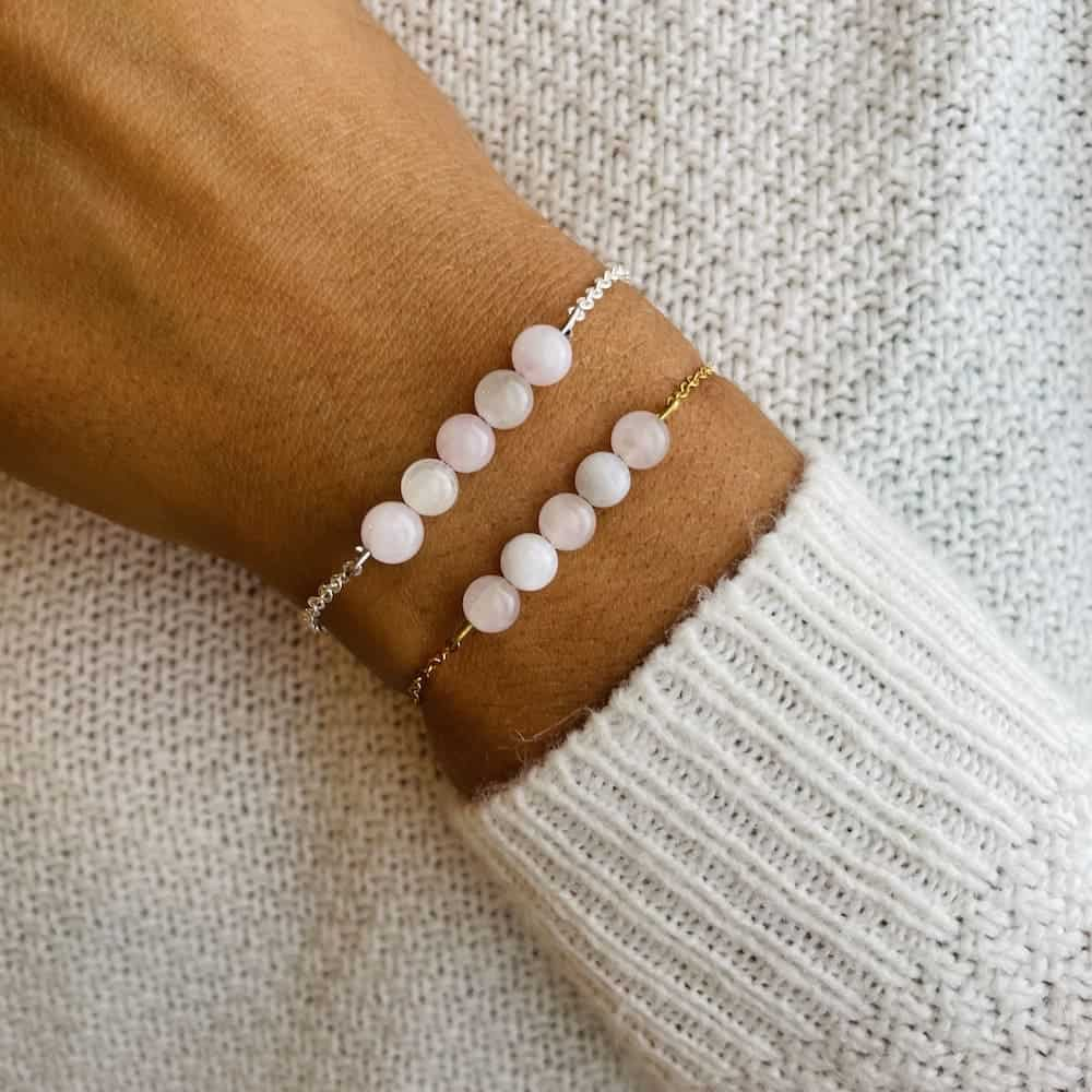 bracelet pentaperle porté double rose blanc